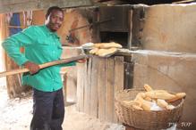 le boulanger devant son four artisanal