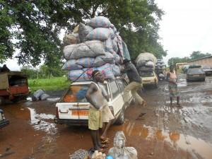 véhicules hors d'âge, lourdement surchargés à la gare routière de Toucountouna au Bénin